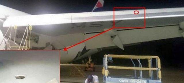 """Während Wartungsarbeiten in Brasilien haben Techniker von """"LATAM Airlines"""" ein Einschussloch mit Projektil in einem Flügel einer Boeing 767-300 entdeckt"""