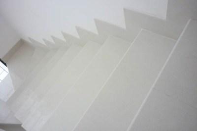 Escada em porcelanato com rodapé