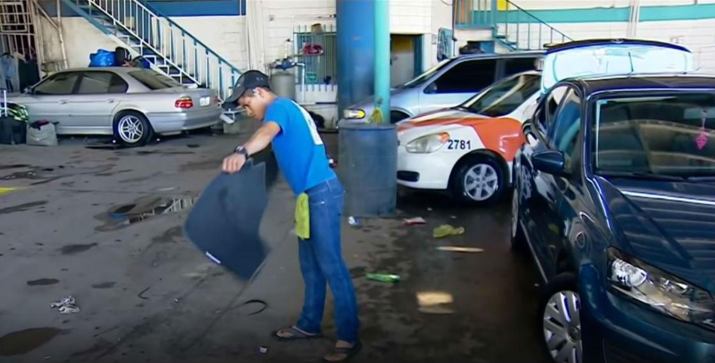 Foto Youtube-Lavando automoviles se ganan la vida mientras esperan conquistar el suenio americano