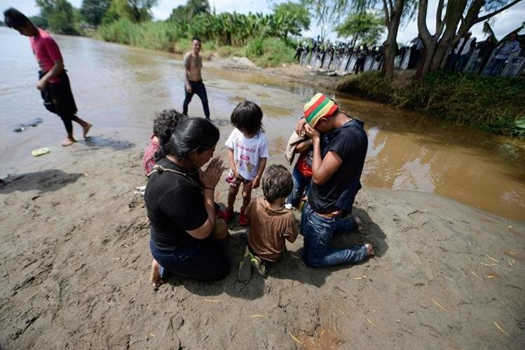 photo prensa libre AFP migrant family prays