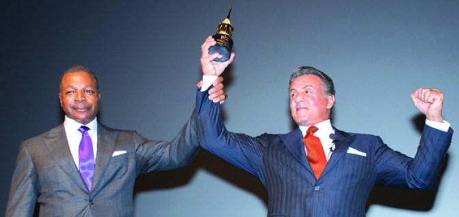 """Como en los viejos tiempos, Carl Weathers (Izq.) quien interpretó a Apollo Creed en la saga """"Rocky"""" le entregó el premio """"Montecito Award"""" a la le-yenda vivienta del cine de acción, Sylvester Stallone (Der.)./OSCAR FLORES"""