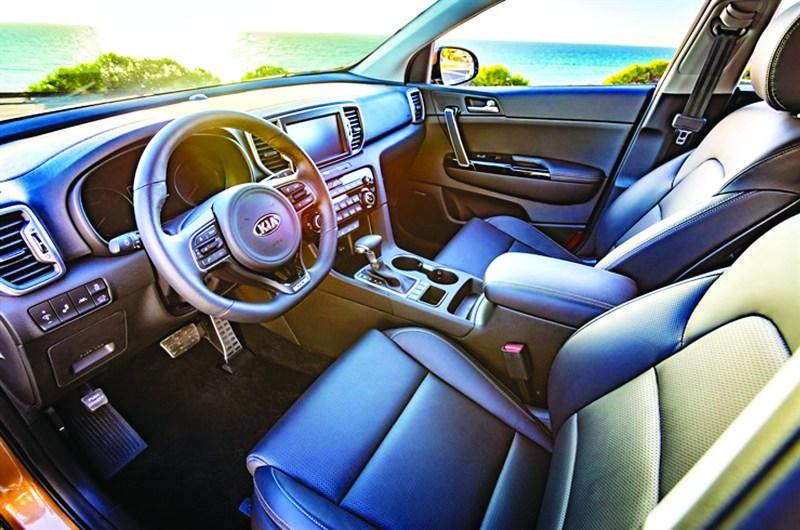 Con una consola central que está inclinada 7.2 grados hacia el conductor, ayuda a que se sienta más deportivo que la generación anterior./ KIA MOTORS
