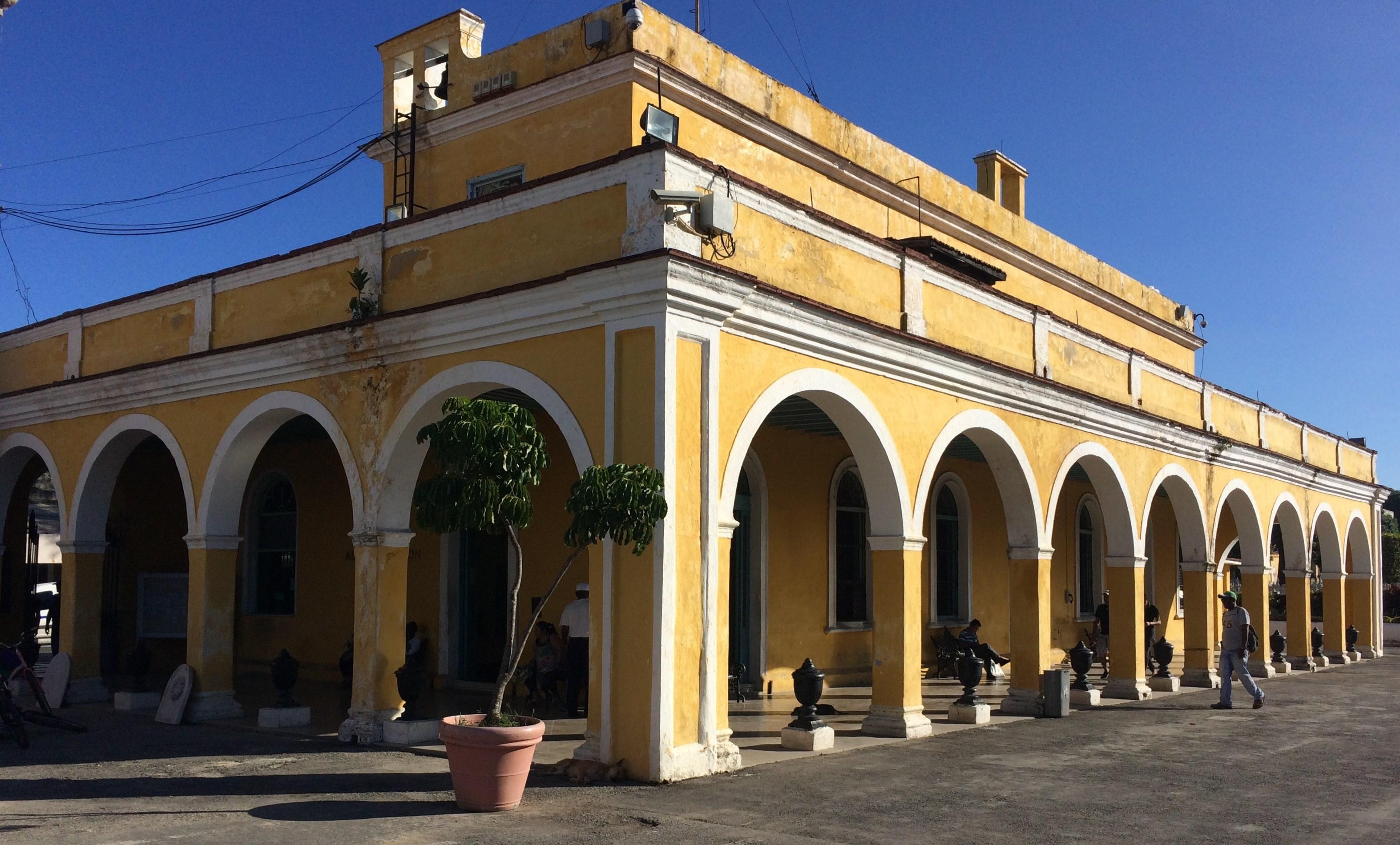admin_bldg_colon_cemetery_havana Havana has cemetery stories, too Cuba