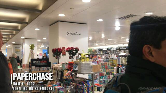 Essa é a Paperchase, uma loja sem paredes dentro do shopping, onde você pode comprar cadernos, postais e muito mais
