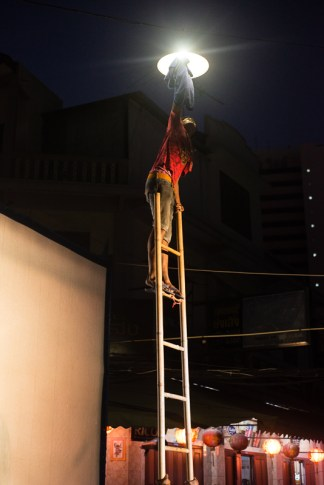 How many people to remove a light bulb ? 4 to hold the ladder, one to climb it and take out the street light spoiling the movie