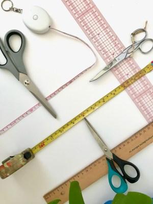ciseaux et mètres mesureurs pour macramé