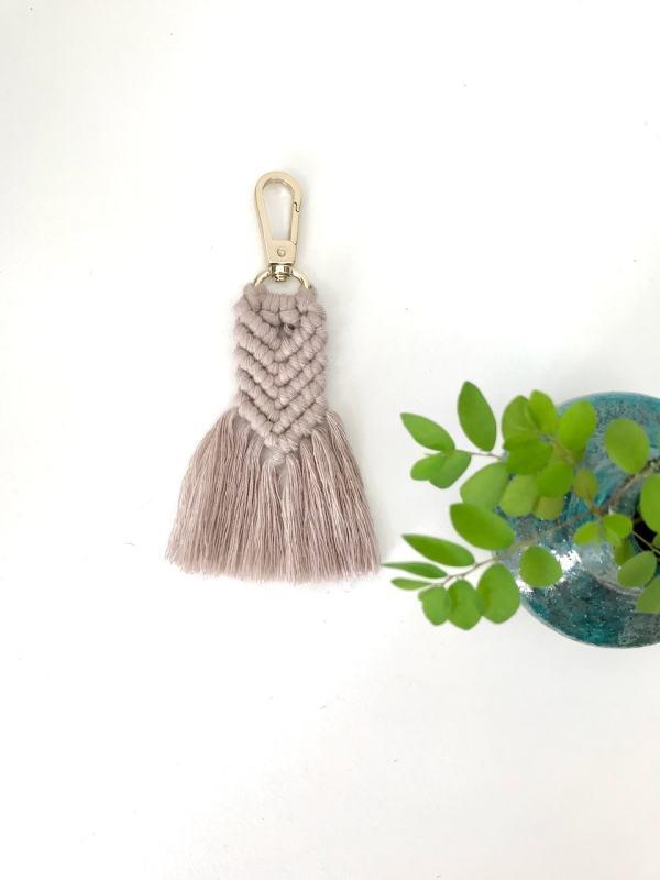 Porte-clés gris perlé en macramé bohème fabrication artisanale à La Réunion