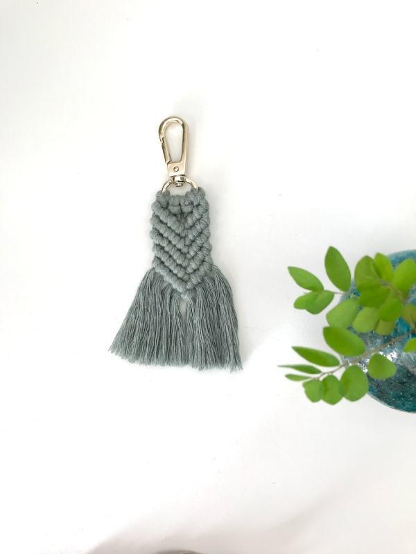 Porte-clés vert de gris en macramé bohème fabrication artisanale à La Réunion
