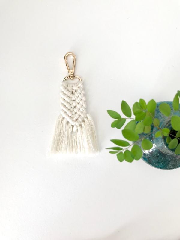Porte-clés écru en macramé bohème fabrication artisanale à La Réunion