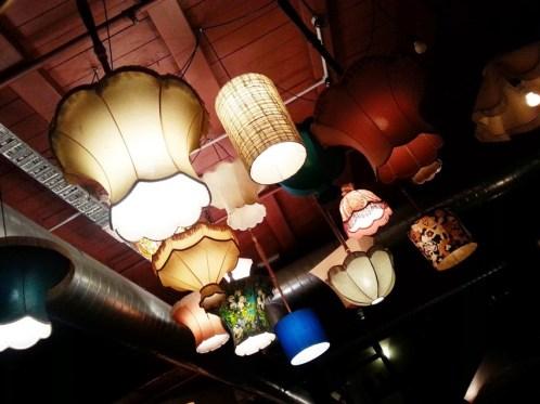 Las lámparas se movían...