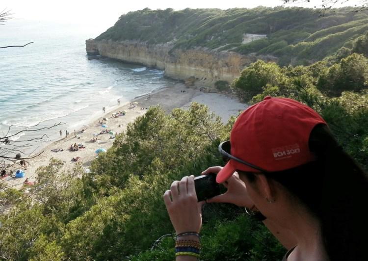 Laura fotografiando chicos desnudos en la Playa Waikiki