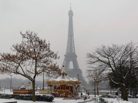 manège au pied du Trocadéro et Tour Eiffel sous la neige