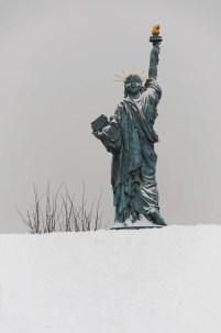 Statue de la Liberté sur l'allée aux Cygnes, sous la neige