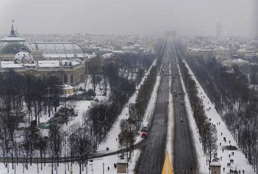 Les Champs Elysées sous la neige depuis les 60m de hauteur de la Grande Roue