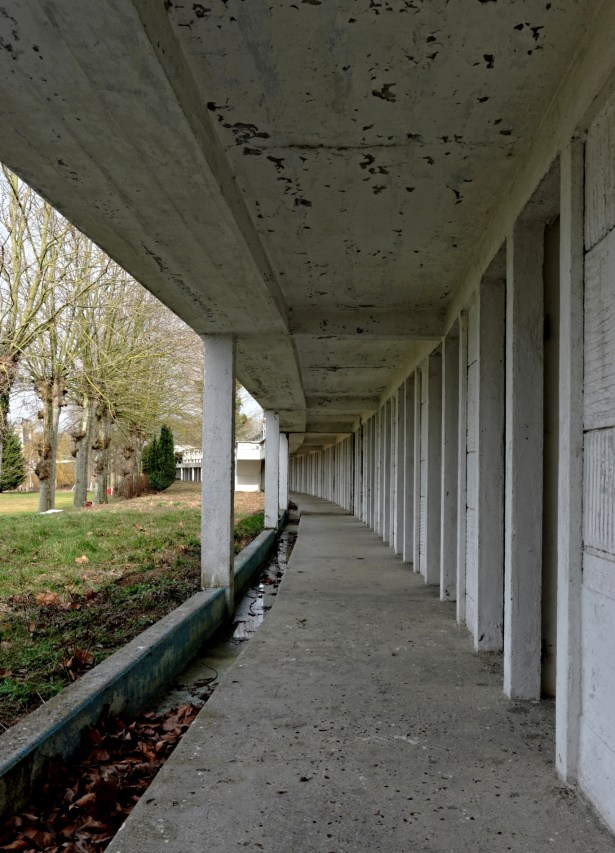Urbex, piscine abandonnée, cabines au rez-de-chaussée