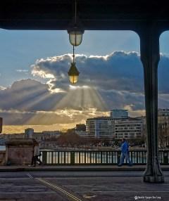 Paris, que la lumière soit sous le pont de Bir hakeim