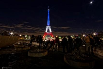 horde de photographes à la Tour Eiffel