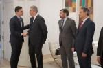 El presidente del Gobierno saluda al presidente de Anfac, en el acto de presentación del Plan 2020-40 del sector de la automoción.