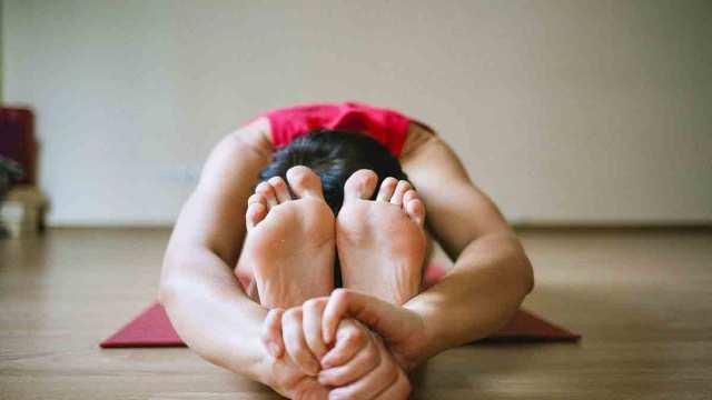 como evitar las piernas hinchadas durante el verano