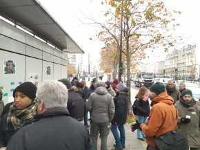 """Paris 20e - Piquet de grève au dépôt RATP de la rue de Lagny. La Tribune des travailleurs avec sa une """"RETRAIT du projet Macron-Delevoye"""" est scotchée au mur."""