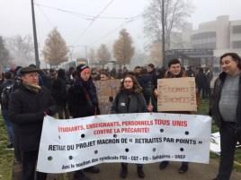 """Jeudi 5 décembre à 10h, plus de deux cents étudiants, enseignants, membres du personnel administratif et technique de l'Université de Bourgogne et du CROUS se sont réunis en AG sous la banderole commune : """"TOUS UNIS CONTRE LA PRÉCARITÉ"""", """"RETRAIT DU PROJET MACRON DE RETRAITES PAR POINTS"""", avec le soutien des syndicats CGT, FO, FSU,Solidaires et UNEF. Ils ont élu un comité de grève de 8 membres, intégrant syndiqués et non syndiqués, ont adopté un communiqué de presse, le principe d'une caisse de solidarité. Ils ont décidé à l'unanimité de reconduire la grève le 6 et de se retrouver en AG ce même jour. Ils sont descendus en cortège à trois cents depuis l'Université pour rejoindre la manifestation de l'après-midi, accompagnés d'une délégation des salariés du CHU. Pendant toute la manifestation, ils ont scandé """"RETRAIT ! RETRAIT DU PLAN MACRON !""""."""