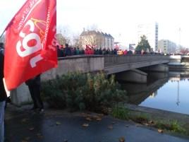 Caen, le 5 décembre. De notre correspondant - Manifestation impressionnante à Caen, de 15 à 20000 personnes ont défilé. De mémoire de Caenais, du jamais vu depuis 1968, voire plus qu'en 1968. Les enseignants, très nombreux, sont arrivés en cortège jusqu'au départ de la manifestation à la gare de Caen. Le cortège a mis une heure avant que les derniers ont démarré. Etaient présents aussi, les personnels hospitaliers, des territoriaux, les travailleurs de la SNCF bien sûr, des travailleurs sociaux, des salariés de PSA, des artistes portant des couverture de survie symboliques, etc. Sous les bannières syndicales de la CGT, FO, SUD, CFTC, FSU.