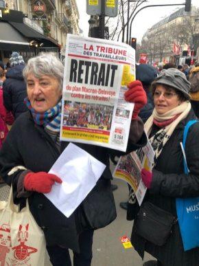 Le long de la manifestation, des diffuseuses de la Tribune des travailleurs