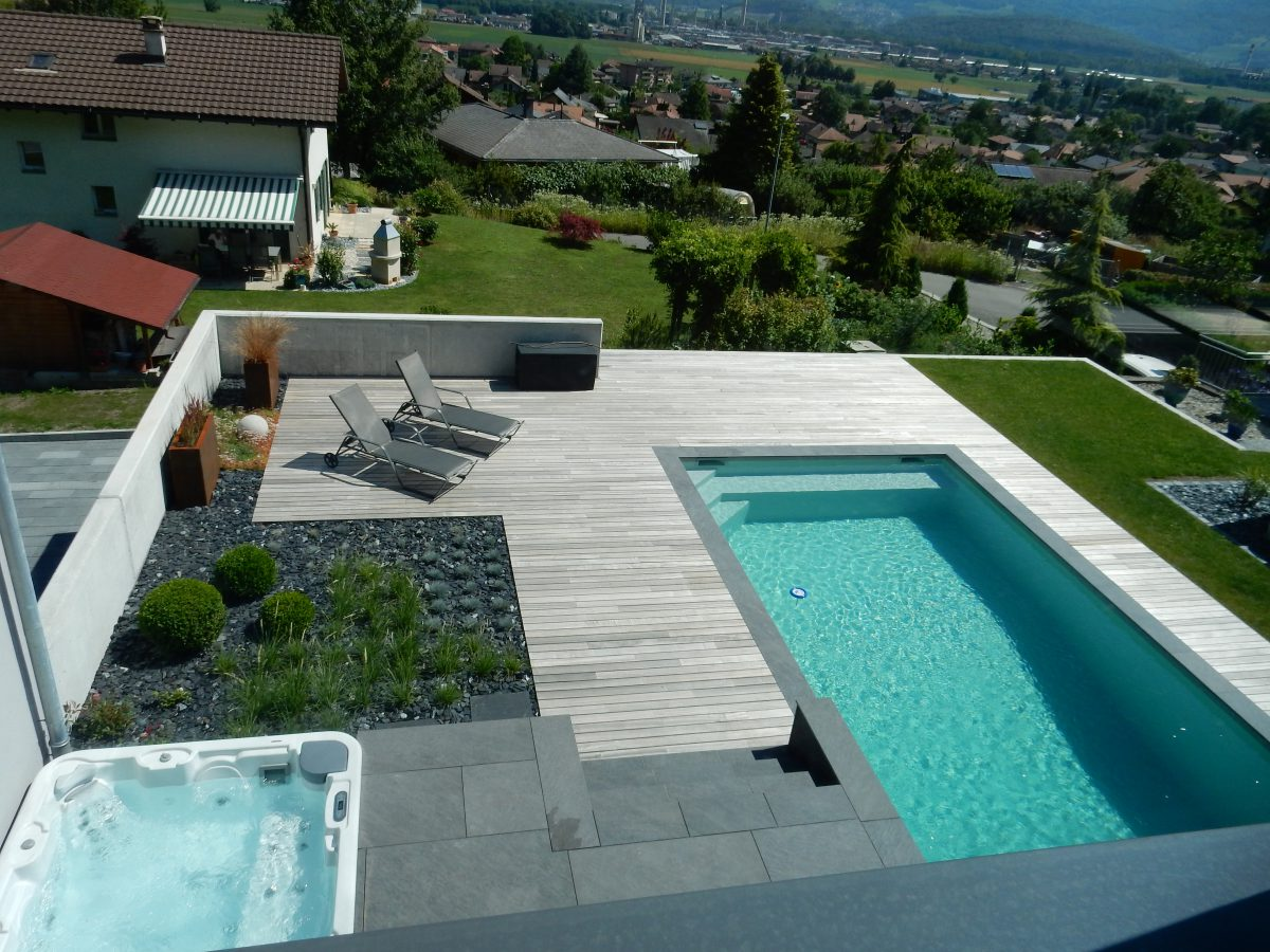Terrasse en bois lattion veillard for Amenagement terrasse avec piscine