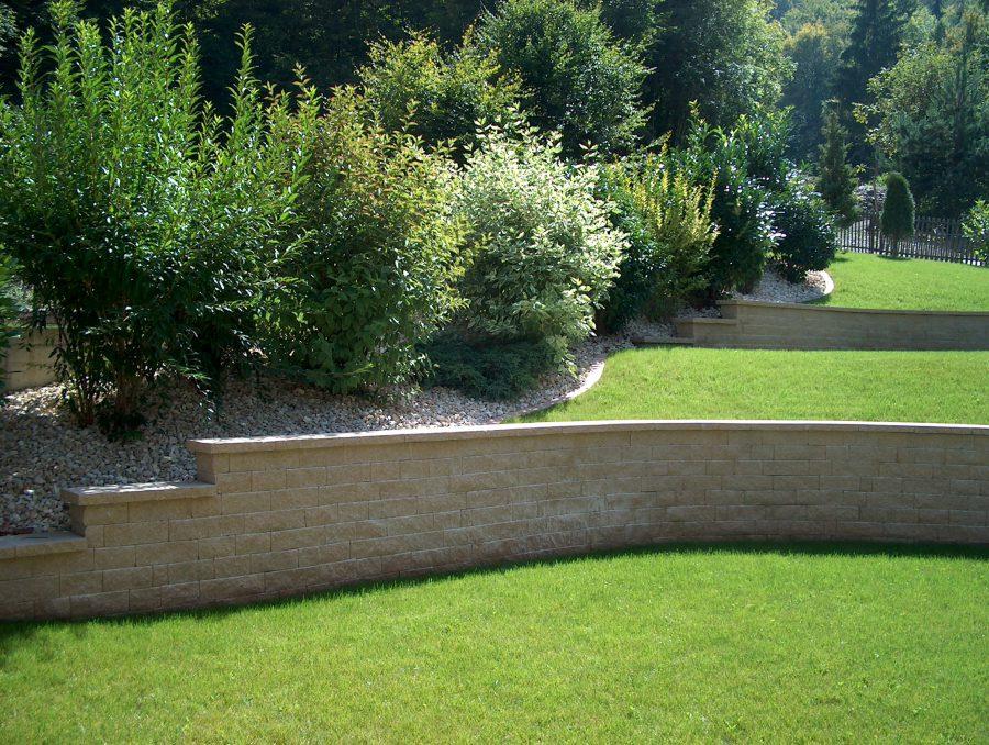 Mur en préfabriqué béton pour soutenir un talus