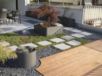 Pots Eternit sur une terrasse