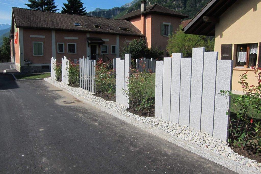Des palissades en granit posée par Lattion et Veillard Paysagiste Piscine et Spa