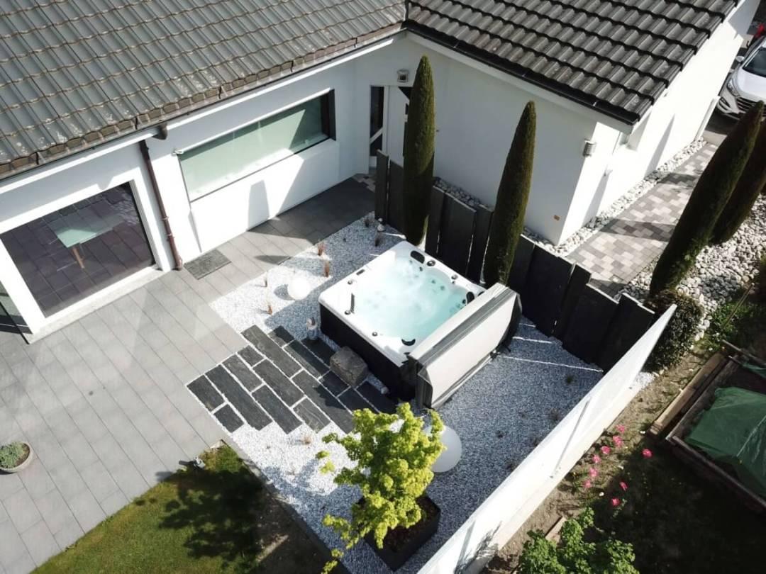 Vue drone d'un spa Eden aménagé par Lattion et Veillard paysagiste dans la Valais Suisse