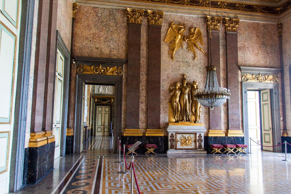 Liu bolin, sala del trono, reggia di caserta, 2017, courtesy boxart, verona il complesso vittoriano di roma in questi giorni sta celebrando con una grande mostra liu bolin , detto anche 'l'uomo invisibile' Caserta Royal Palace Royal Palace Of Caserta