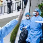 Emotivo momento donde Medicos despiden a salvadoreño que venció el COVID-19 este día