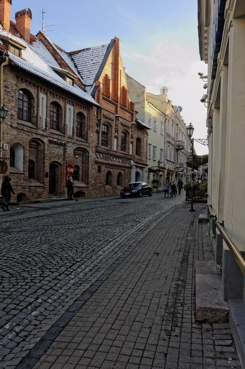 Bild: Unterwegs in der Pilies gatvė in der historischen Altstadt von Vilnius. NIKON D700 mit AF-S NIKKOR 28-300 mm 1:3.5-5.6G ED VR.