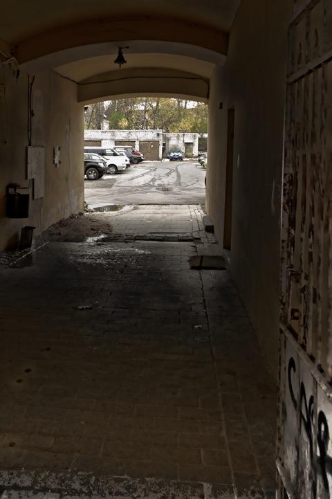Bild: Hinterhof im ehemaligen Jüdischen Ghetto in der Vokiečių gatvė. NIKON D700 mit CARL ZEISS Distagon T* 2.8/25 ZF.