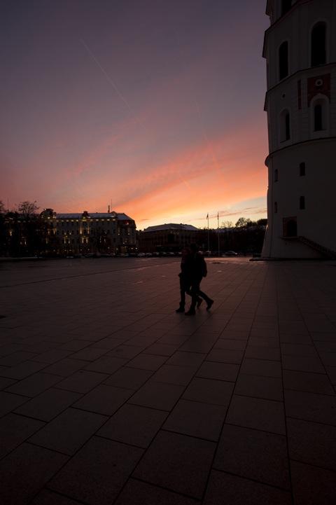 Bild: Spätherbstlicher Sonnenuntergang am Platz vor der Kathedrale in Vilnius. NIKON D700 mit CARL ZEISS Distagon T* 3.5/18 ZF.2.