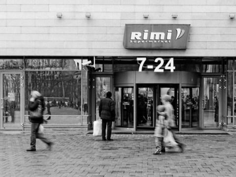 Bild: Supermarkt am Hauptbahnhof von Riga. OLYMPUS OM-D E-M5 mit M.Zuiko Digital 12-50 mm 1:3.5-6.3 EZ. ISO 400 ¦ f/9 ¦ 35 mm ¦ 1/15 s ¦ kein Blitz. Klicken Sie auf das Bild um es zu vergrößern.