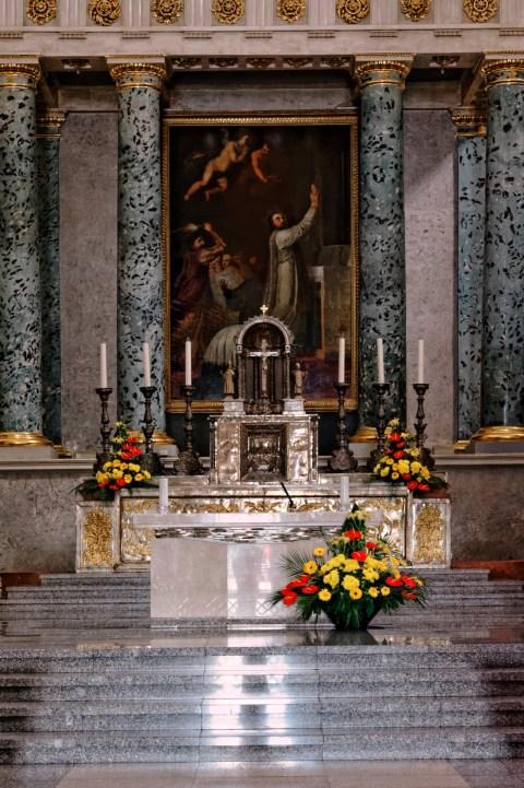Bild: Der Altar der Kathedrale von Vilnius. NIKON D700 mit AF-S NIKKOR 24-120 mm 1:4G ED VR. ISO 6400 ¦ f/7,1 ¦ 50 mm ¦ 1/10 s ¦ kein Blitz. Klicken Sie auf das Bild um es zu vergrößern.