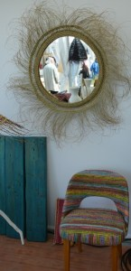 fauteuil et miroir rock the kasbah salon coté sud