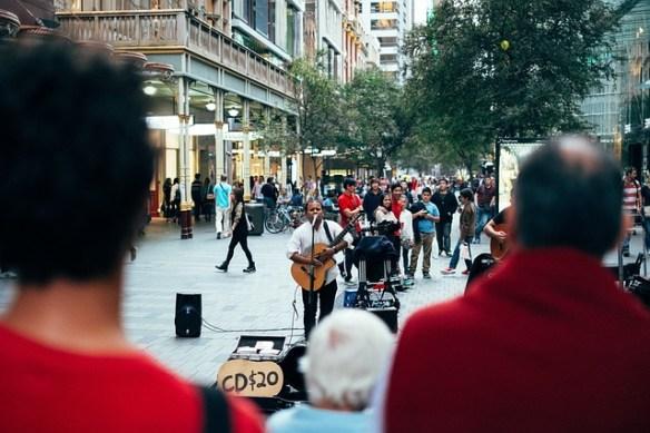 street-performer-691152_640