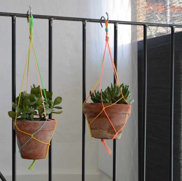 Diy une suspension en macram scoubidou pour vos plantes l 39 atypique blog - Faire macrame suspension ...