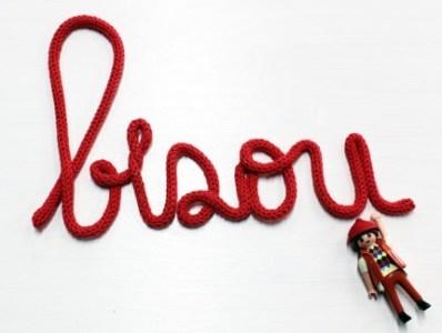 decoration-mot-tricotin-bisou-rouge-creation-c-maman-faire-etsy