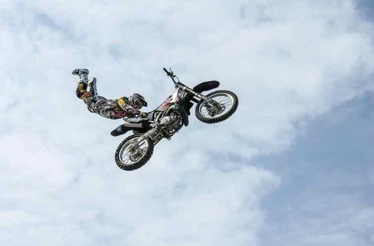 người hành động trên chiếc moto