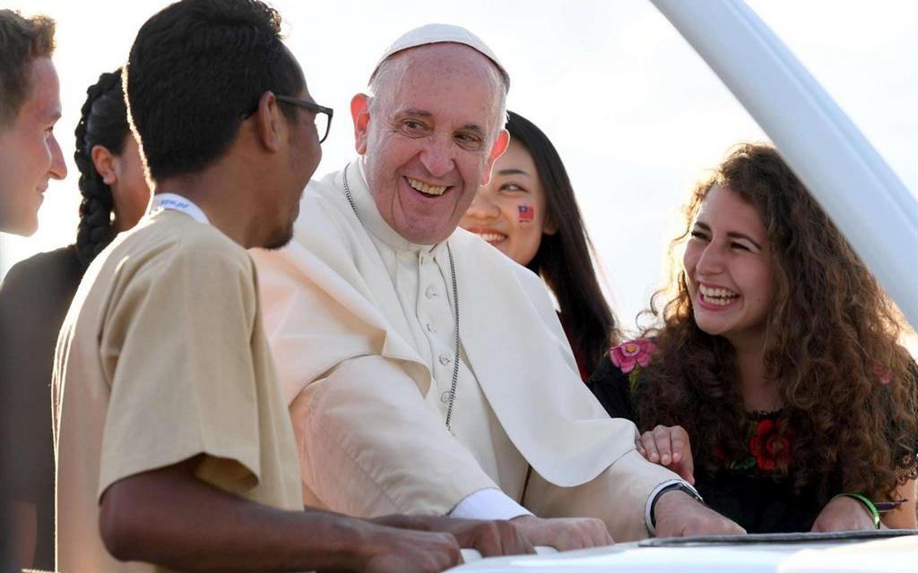 Il Papa ai giovani: il sesso è un dono di Dio, non un tabù