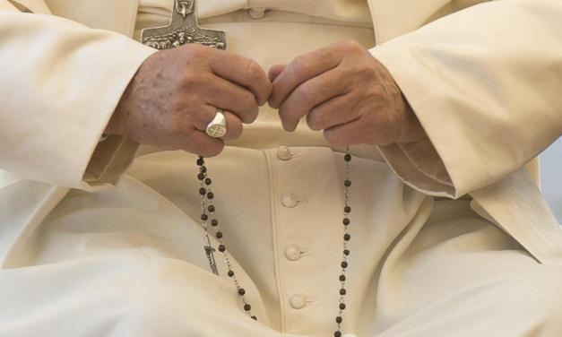 Il Papa: preghiamo con il rosario per la Chiesa attaccata dal demonio