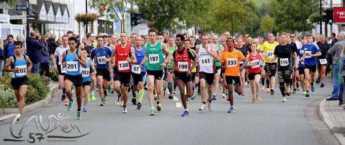 Start frei zum 15. Bad Berleburger Citylauf über 10 Kilometer: Mustapha El Quartassy (201), der spätere Sieger Khalid Lablaq (202), Eyob Solomun (190), Sven Daub (187).