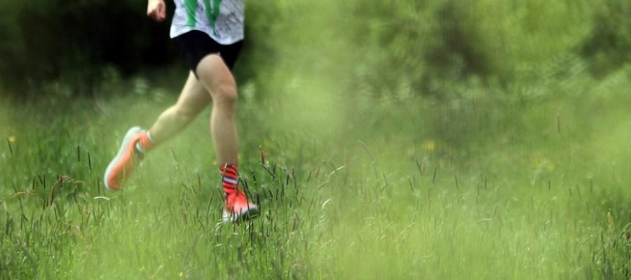 Die Schrittfrequenz ist individuell, eine höhere Frequenz kann allerdings die Verletzungsgefahr beim Laufen reduzieren