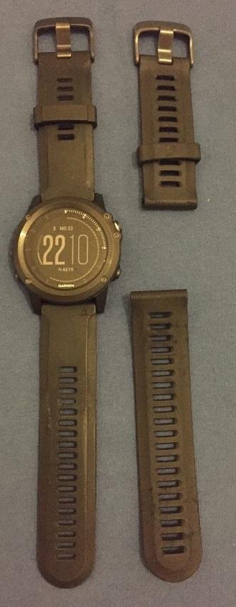 Links: Garmin fenix 3 HR; rechts: das Silikonband der fenix 3