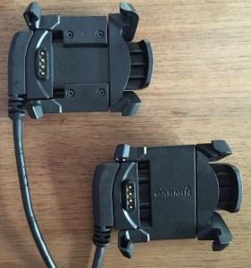 Links oben: Ladeklammer der Garmin fēnix 3 HR; unten rechts: Ladeklammer der älteren fēnix 3